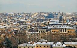 在雪之下的罗马在日落 免版税库存图片