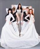 婚礼礼服摆在的演员。 免版税库存图片