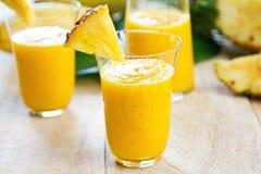 与菠萝圆滑的人的芒果 库存图片