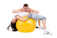 Джинсыы молодых пар пригодности нося в студии Стоковые Изображения RF