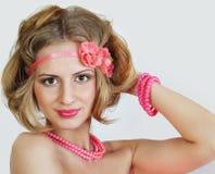 有一根公平的头发和明亮的构成的女孩 免版税库存图片