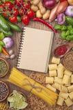 新鲜蔬菜和空白的食谱书 免版税库存照片