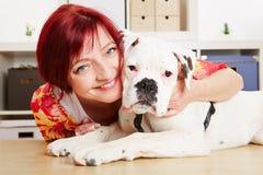 有拳击手狗的愉快的妇女 免版税库存图片