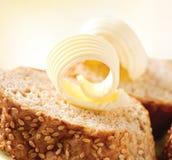 在面包片的黄油 免版税库存图片