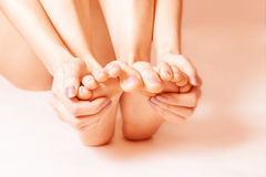 光秃的女性脚 免版税库存图片
