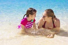 家庭海滩假期乐趣 免版税库存照片