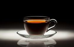 在抽象背景的茶杯 库存图片