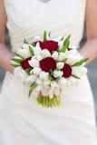 红色玫瑰和白色郁金香婚礼花束 免版税库存照片