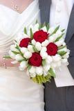 红色玫瑰和白色郁金香婚礼花束 库存图片