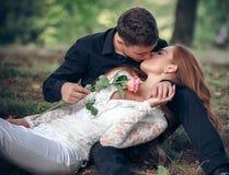 在一对年轻夫妇之间的爱和喜爱 免版税库存图片