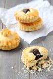 自创一种油脂含量较高的酥饼用在木背景的巧克力 免版税库存照片