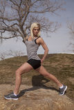 外面妇女灰色健身舒展 库存图片