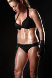 妇女的被定调子的健身身体 库存图片