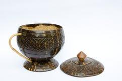咖啡杯由椰子壳制成 免版税库存图片