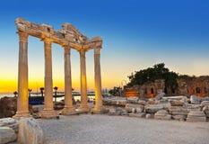 在边,日落的土耳其的老废墟 免版税库存图片