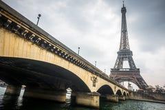 埃佛尔铁塔和耶拿桥梁在一多云天 库存图片