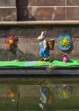在一条运河的复活节装饰在科尔马 免版税图库摄影