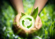 Возобновляющая энергия в руках Стоковые Изображения