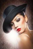 Красивая молодая модель в шляпе на предпосылке в студии Стоковые Фотографии RF