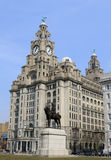皇家肝脏大厦和爱德华七世国王雕象 免版税库存照片