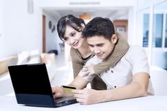 夫妇和网上购物 免版税库存图片
