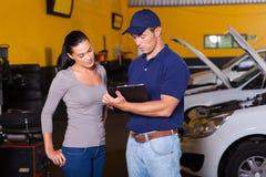 汽车机械师妇女 免版税库存照片