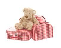 三有玩具熊的葡萄酒红色和白色手提箱 库存图片