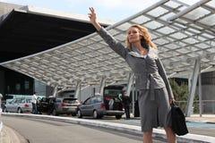 女实业家挥动的出租汽车 免版税库存照片