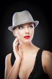 Красивая молодая модель в шляпе на предпосылке в студии Стоковая Фотография