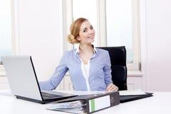 年轻成功的女商人在办公室 免版税库存照片