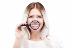 有发光的白色牙的美丽的白肤金发的女孩 免版税图库摄影