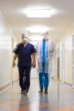 Θολωμένος στην κίνηση δύο γιατροί Στοκ φωτογραφίες με δικαίωμα ελεύθερης χρήσης