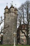 城市墙壁的中世纪塔 库存照片