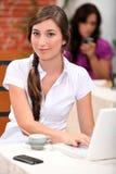 在咖啡馆的夫妇 免版税库存图片