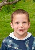 逗人喜爱八岁白种人男孩微笑 图库摄影