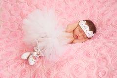 穿一件白色芭蕾舞女演员芭蕾舞短裙的新出生的女婴 免版税库存照片