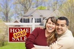 在被卖的房地产标志和议院前面的夫妇 库存图片