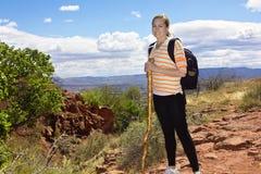 沙漠山的女性远足者 图库摄影