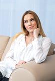 Γυναίκα στη σκέψη καναπέδων Στοκ εικόνες με δικαίωμα ελεύθερης χρήσης