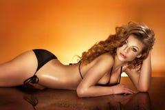有摆在游泳衣的完善的身体的美丽的妇女。 免版税库存图片