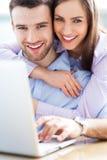 使用膝上型计算机的夫妇 免版税库存照片