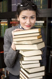 Портрет книги чтения молодой женщины красоты в библиотеке Стоковые Изображения