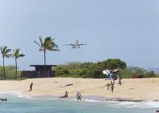 离开在海滩的飞机 免版税库存照片
