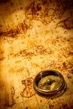 葡萄酒指南针在一张古老世界地图说谎。 免版税图库摄影