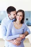 年轻夫妇拥抱 图库摄影