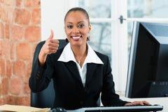 Юрист в офисе сидя на компьютере Стоковые Изображения