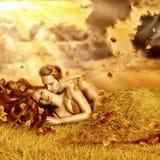Αγαπώντας ζεύγος νεράιδων σε ένα κρεβάτι της χλόης Στοκ εικόνα με δικαίωμα ελεύθερης χρήσης