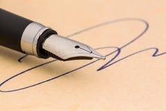 署名和笔 免版税库存照片