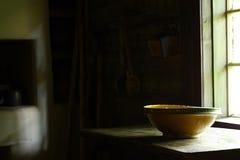 被手工造的碗在古老厨房里 免版税库存图片