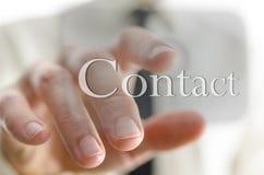 Мужской перст отжимая кнопку контакта на интерфейсе экрана касания Стоковое Изображение RF